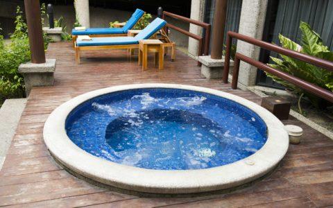 Modern-Hot-Tub-in-Lakewood